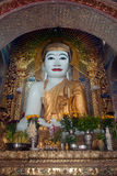 Buda que se sienta en la pagoda de Yat del kyat de Shwe, Myanmar Foto de archivo libre de regalías