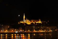 Buda sida av Budapest med Buda Castle, Sten Matthias och fiskares bastion vid natt Arkivbild