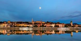 Buda sida av den Budapest staden under månen royaltyfri bild