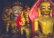 Buda sin cabeza en la entrada de una cueva Imagen de archivo