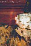 Buda sin cabeza en la entrada de una cueva Foto de archivo