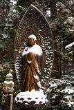 Buda sob a neve no cemitério de Okunoin, área na região de Mount Koya, área de Koyasan do patrimônio mundial do UNESCO, prefeitur foto de stock