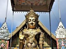 Buda tailandés en un templo en Chiang Rai imagenes de archivo