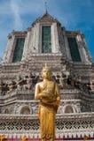 Buda tailandesa na frente de um stupa imagem de stock royalty free