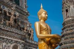 Buda tailandesa na frente de um stupa fotos de stock royalty free