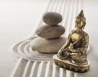 Buda tranquilo y piedras de equilibrio en líneas y curvas de la arena Imagenes de archivo