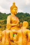 Buda y disciplesculpture en el parque conmemorativo de Buda en Tailandia Imagen de archivo
