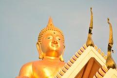 Buda y templo tailandés Imagen de archivo libre de regalías