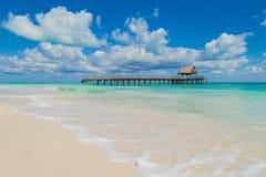 Buda Zniszczony jetty w oceanie houseboat piękna na plaży Isla blanca Obrazy Royalty Free