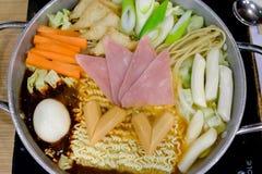 Budaejjigae o estilo caliente del coreano del pote de los tallarines inmediatos Foto de archivo libre de regalías