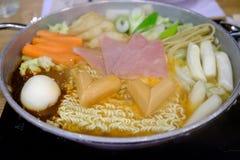 Budaejjigae o estilo caliente del coreano del pote de los tallarines inmediatos Foto de archivo