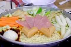Budaejjigae ou style chaud de Coréen de pot de nouilles instantanées photographie stock
