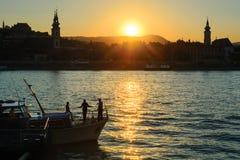 Budakant van Boedapest bij zonsondergang over de rivier van Donau royalty-vrije stock fotografie