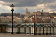 Budakant van de stad van Boedapest onder onweerswolk royalty-vrije stock afbeelding