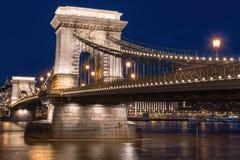 Budapest, Łańcuszkowego mosta Szechenyi lanchid przy mrocznymi błękitnymi godzinami, Węgry, Europa zdjęcia royalty free