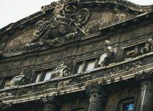 Budapest arkitektur Gammal mörk byggnadsfasad på Liberty Square Royaltyfri Bild