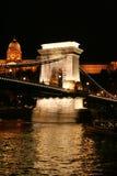 Budapest-berühmte Aufhebungbrücke nachts Lizenzfreie Stockfotografie