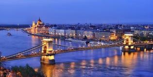 Budapest-Brücke über Donau nachts Stockfotografie