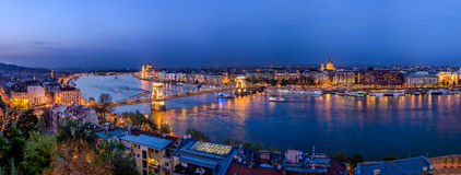 Budapest-Brücke über Donau nachts Stockbilder