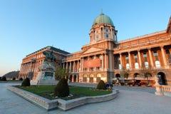 Budapest, Buda Castle o Royal Palace con la statua del cavallo, Ungheria Fotografie Stock Libere da Diritti