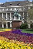 Budapest, buntes Blumenbeet und Reiterstatue Stockfotografie