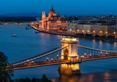 Budapest Chain bro och den ungerska parlamentet Royaltyfri Fotografi