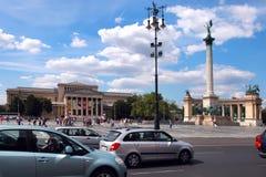BUDAPEST - CIRCA LUGLIO 2014: Monumento di millennio di visita dei turisti Immagini Stock Libere da Diritti
