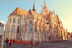 BUDAPEST, CZERWIEC - 27: Widok Matthias kościół w Grodowym Distri zdjęcie royalty free