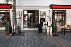 BUDAPEST - 27 DE JUNIO: El camarero se coloca en la entrada al re Fotografía de archivo