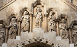 Budapest - detalhe do portal ocidental na igreja gótico de Jak Foto de Stock