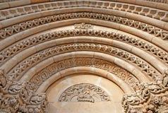 Budapest - detalj av från den västra portalen på gotisk kyrka av Jak nära den Vajdahunyad slotten Arkivfoton