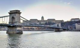 Budapest die Ansicht über Szechenyi Hängebrücke und Buda Castle Stockfotos