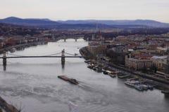 Budapest donau rzeki mosta statku panoramy tła budynków Hungary łódkowaty miasto Obrazy Royalty Free