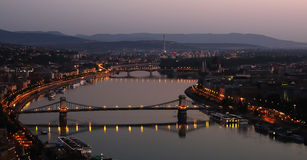 Budapest durch Dämmerung Stockfotografie
