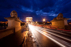Budapest durch Nacht/Kettenbrücke Lizenzfreie Stockfotos