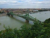 Budapest - Elisabeth Bridge - sikt från bergstoppet av den Buda sidan arkivfoto
