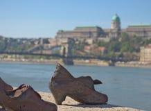 Budapest, em abril de 2019: O memorial das sapatas no banco de rio do Danúbio imagem de stock