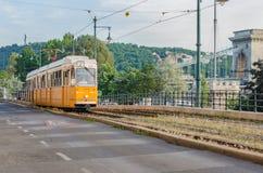BUDAPEST - EM MAIO DE 2017: O bonde número 2 vai ao longo da ponte Chain no 18 de maio de 2017, situado em Budapest, Hungria É a Fotos de Stock Royalty Free