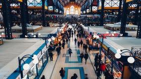 Budapest - 27 febbraio: vista di 4k Timelapse di grande mercato Corridoio a Budapest centrale, un punto di riferimento importante archivi video