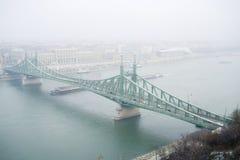 Budapest frihet överbryggar i dimma Royaltyfria Foton