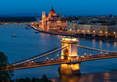 Budapest-Hängebrücke und das ungarische Parlament lizenzfreie stockfotografie
