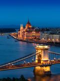 Budapest-Hängebrücke und das ungarische Parlament Stockfotografie