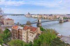 Budapest-, Hängebrücke-und Parlaments-Gebäude Stockfotos