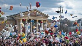 BUDAPEST, HONGRIE - 4 AVRIL : Jour de combat d'oreiller sur la place de héros Photo stock