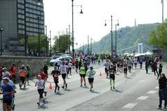 BUDAPEST, HONGRIE - 9 AVRIL 2017 : Les marathoniens non identifiés participent sur la trente-deuxième moitié de ressort de Tel photo stock