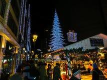 Budapest, Hongrie - 30 décembre 2015 : Les touristes apprécient le marché de Noël Photographie stock libre de droits