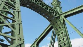 Budapest, Hongrie Détails architecturaux de Liberty Bridge ou du pont de liberté banque de vidéos