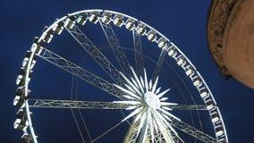Budapest, Hongrie La grande roue a illuminé dans le blanc le soir banque de vidéos