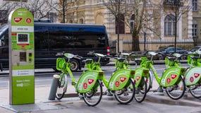 Budapest, Hongrie, le 15 mars 2019 : Loyer de poule de BuBi une station de vélo dans la rue d'Andrassy photographie stock libre de droits