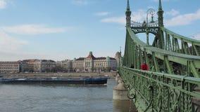 Budapest, Hongrie Les gens sur Liberty Bridge ou le pont Szabadsag de liberté se sont cachés dans la langue hongroise banque de vidéos
